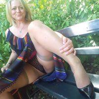 Véronique blonde 44 ans adore qu'on mate sa chatte