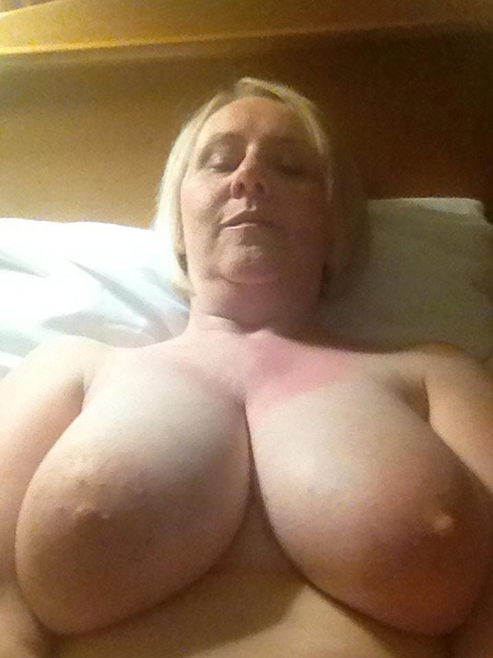 nina blondasse enormes nichons veut sexe hard