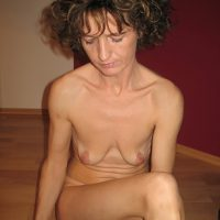 Babeth, cochonne brune aux seins minuscules mais l'appétit de sexe gigantesque